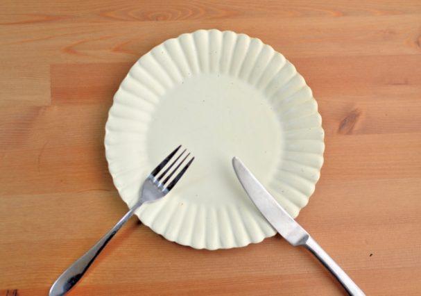 お皿に並ぶフォークとお食事ナイフ