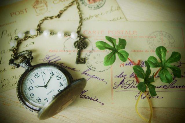 アンティークな時計と手紙