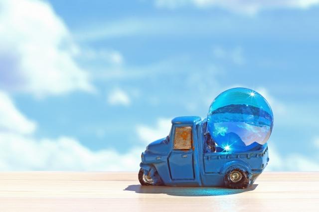 キラキラのビー玉を運ぶ青い車