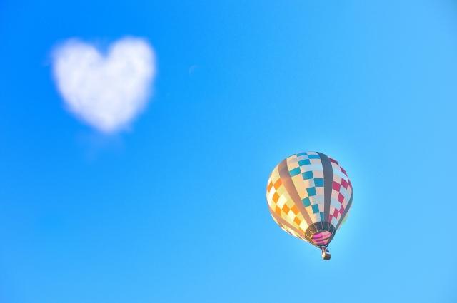 気球とハートの雲