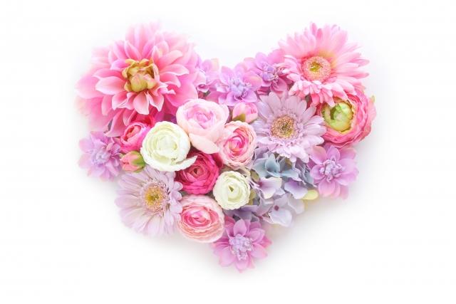 ピンクの花で作られたハートの形