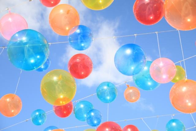 空を飛ぶたくさんの風船