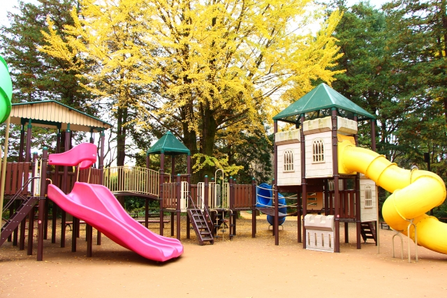 すべりだいのある秋の公園