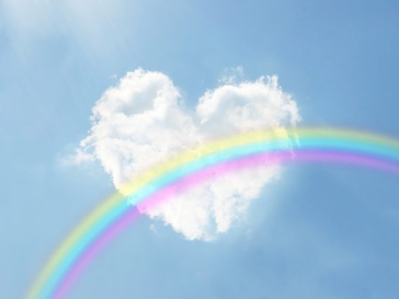 ハートの形の雲と虹