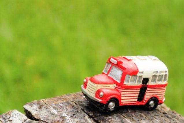 赤いレトロなバス