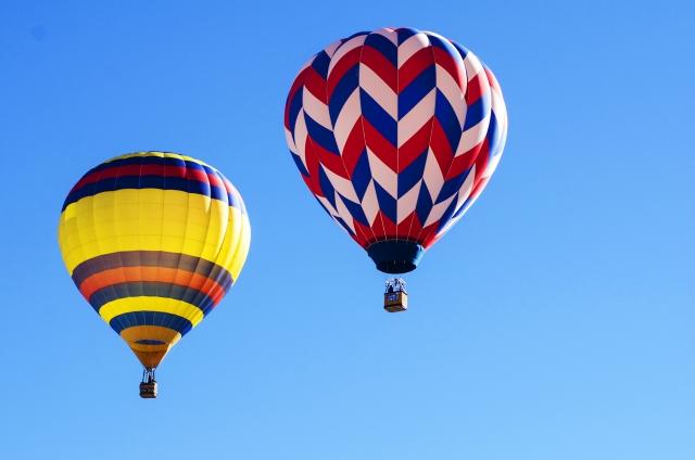 青空に浮かぶ2つの気球