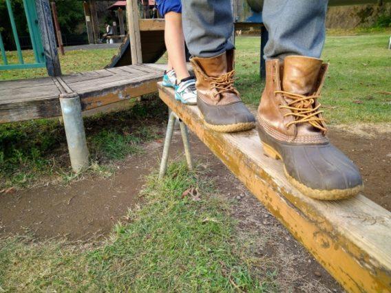 公園の平均台を歩く靴