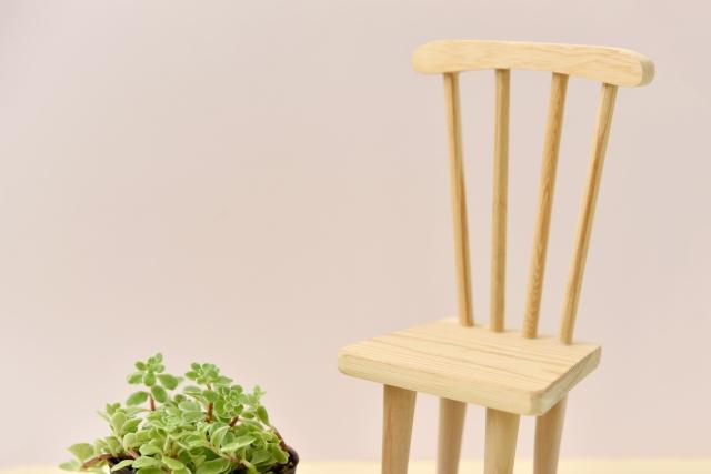 ミニチュアの椅子と観葉植物
