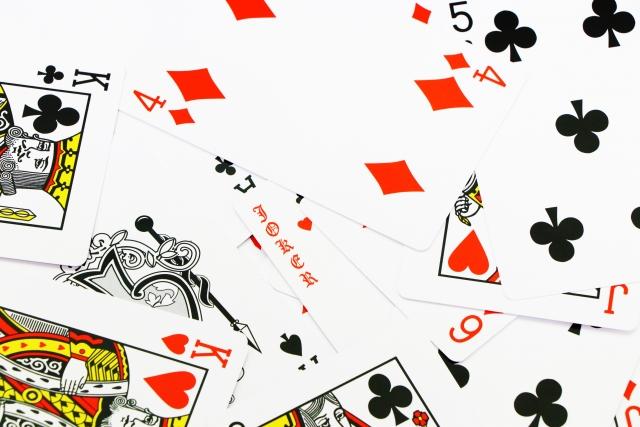 バラバラになったトランプのカード