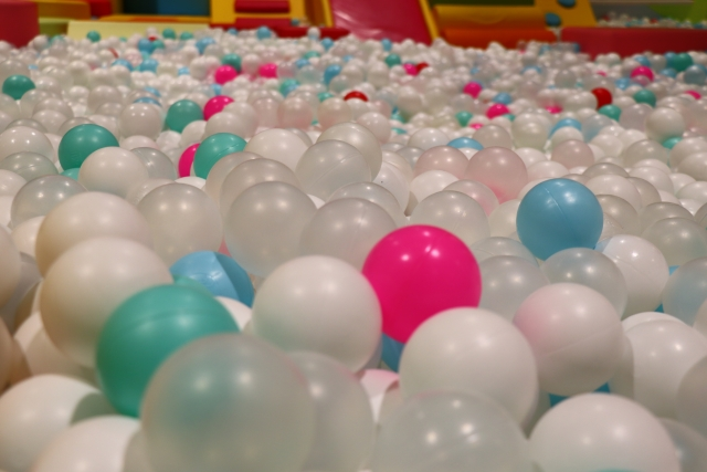 子どもの遊び場にあるボールプール